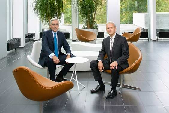 Peter Löscher, Chairman of the Board of Directors, and Greg Poux-Guillaume, CEO sitting in the lobby of Sulzer's headquarters
