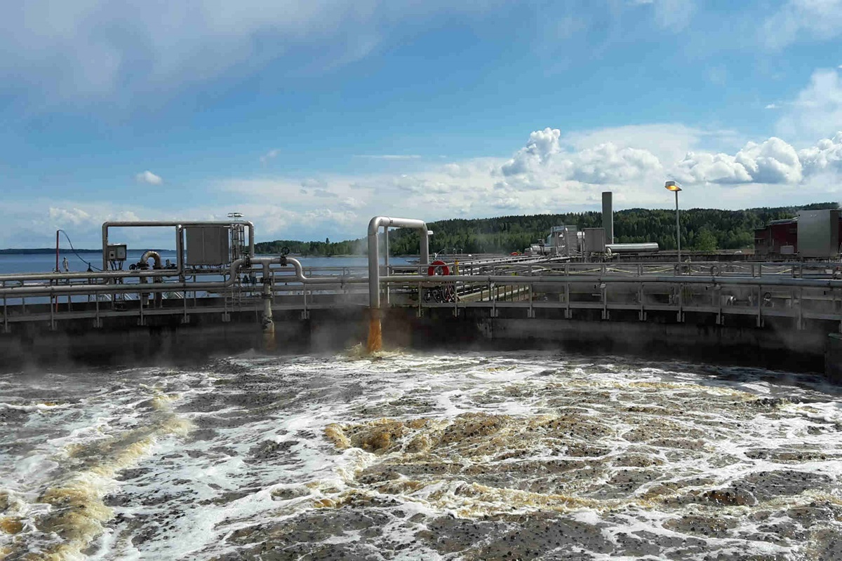 Wastewater treatment in a paper mill