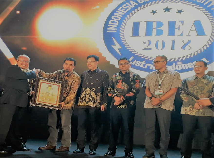 PT. Sulzer Indonesia winning 'The Best Mechanical Electrical Contractor' at IBEA 2018.