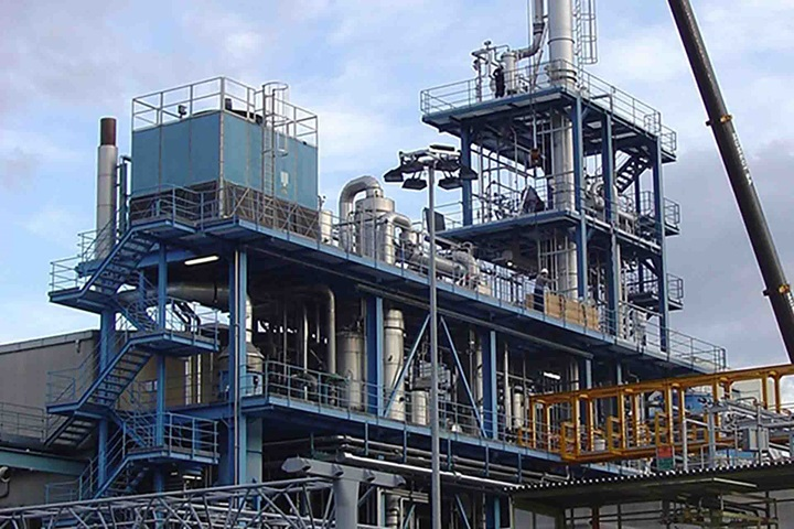 Production plant with distillation colums