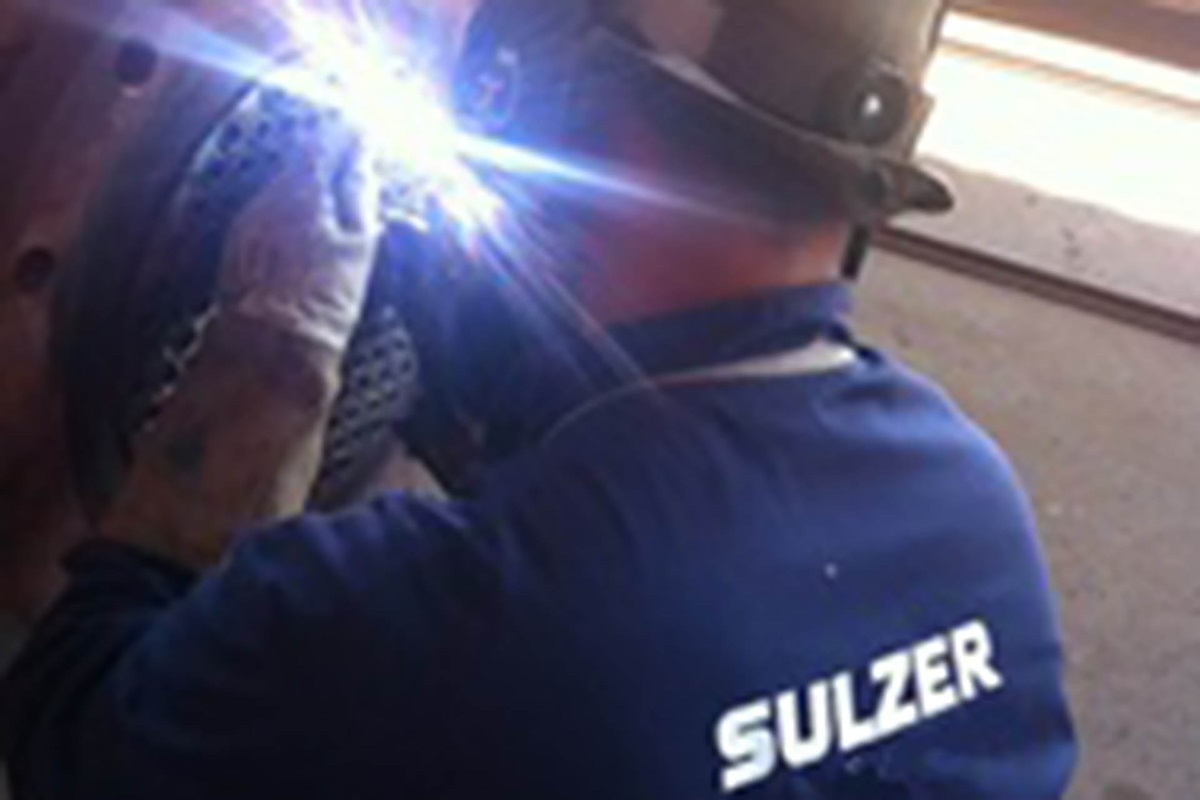 Sulzer employee repairing a heat exchanger