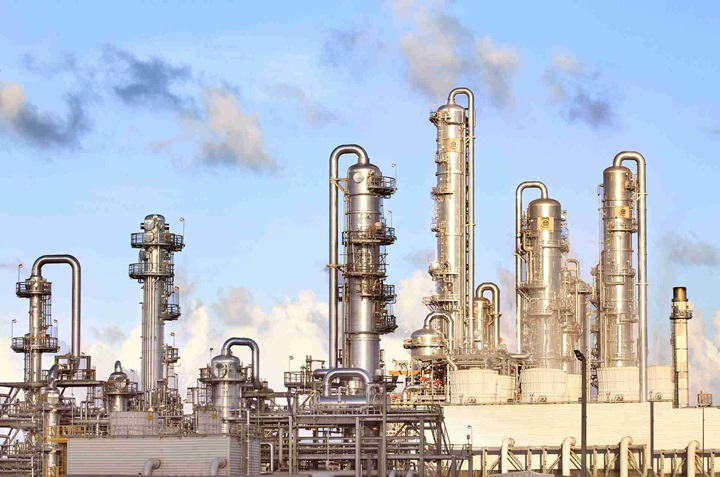 Production plant with distillation columns